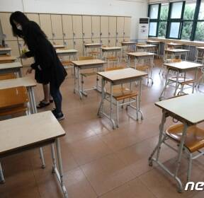 등교수업, 학생들 책상 점검하는 교사들