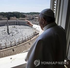 성베드로 광장에 모인 신자들에 강복하는 프란치스코 교황
