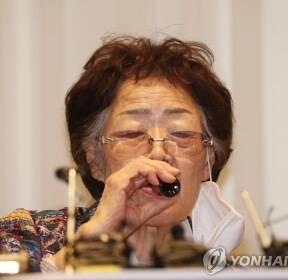 기자회견 전 음료 마시는 이용수 할머니