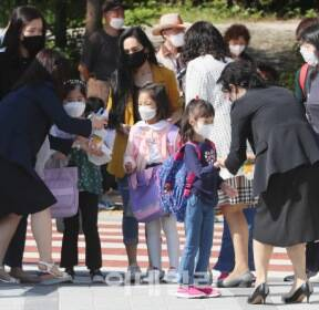 [포토]초등학교 교문에서 손 소독부터..