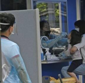 코로나19 검사받는 여의도 학원가 어린이
