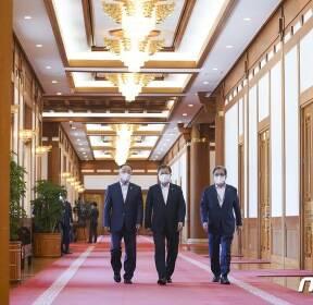 비상경제회의 참석하는 문재인 대통령