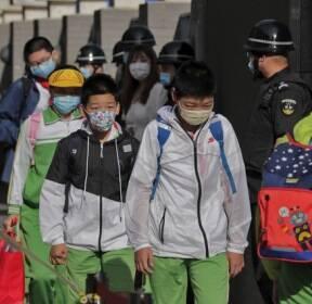 마스크 착용하고 등교하는 베이징 초등학생들