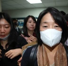 취재진에 둘러싸인  윤미향 의원
