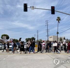 행진하는 LA 시위대