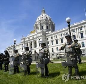 미국 '흑인사망' 폭력 시위에 주의회 지키는 주방위군