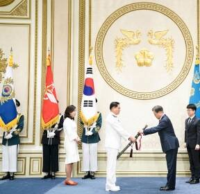 김정수 해군참모차장에게 수치 달아주는 문재인 대통령