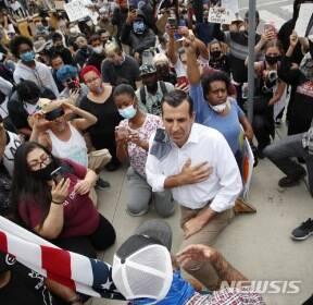 인종차별 반대 '무릎꿇기' 시위 참가한 미 시장님