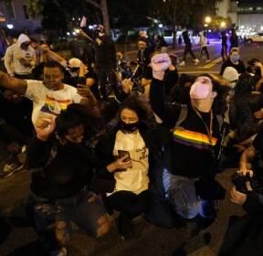 """""""인종차별 사라져야"""" 백악관 근처서 무릎꿇기 시위"""