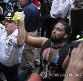 '흑인사망' 시위대와 함께 무릎 꿇은 뉴욕 경찰서장