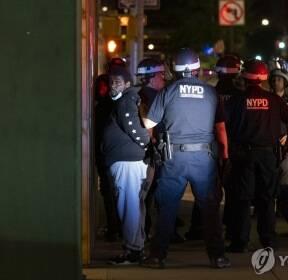 뉴욕에서 통행금지 시작 후 경찰에 체포되는 시민들