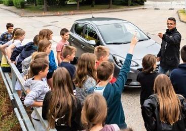 과속 운전자가 학생들 앞에서 신 레몬을 먹게 된 사연