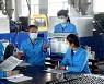 노동신문 읽으며 8차 당대회 결정 학습하는 북한 주민들