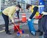 [포토] 새봄맞이 청소하는 채현일 영등포구청장