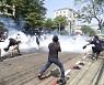 미얀마 경찰, 시위대 향해 실탄 발사..최소 3명 중상