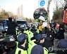 호송차 나가자 항의하는 시민들