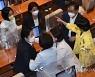 말다툼하는 정의당 류호정과 민주당 문정복