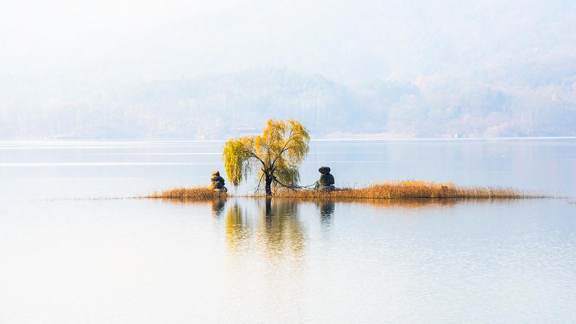 고요한 호수의 노을