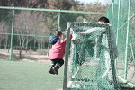 운동장에서 축구하는 아이들