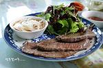 어린 쌈채소 무침을 곁들인 한국식 소고기 스테이크^^