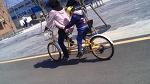 2인용 자전거 타고..