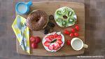 딸기, 키위와 크림치즈향이 어울리는 과일 베이글 아침식사콤보!