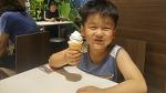 아이스크림 하나에 행복해하는 두 아들