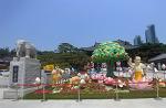 [서울여행] 서울 강남에 위치한 봉은사, 금싸라기 땅에 큰 절이라니 놀라울 따름이다/봉은사, 서울여행코스와 서울 가볼만한 곳 추천/이 한 장의 사진, 엉덩이가 쏙 들어갈 편한 나무 의자