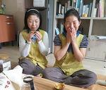 스님과 차 한잔을 나누며 이야기 꽃을 피웁니다.