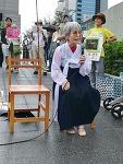 82세 일본여성 저고리 입고 소녀상 퍼포먼스