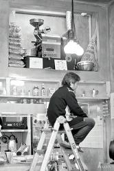 [카페] 천장에 있는 로스팅기계와 커피볶다 생각에 잠긴 아저씨