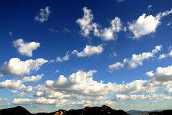 하늘, 산 그리고 도심