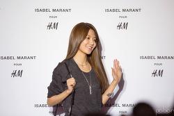 131112 H&M & 이자벨마랑 콜라보레이션 컬렉션 포토월 수영
