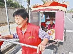 90세 노모를 손수레에 태우고 1만2천킬로를 여행한 63세 중국 인력거효녀