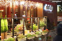 Fully enjoy attraction and food at street cafes in Samcheongdong