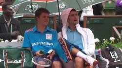 프랑스 오픈 토너먼트 중, 볼보이에게 의자에 앉을 것과 페리에 음료수를 권하고 우산까지 대신 들어준 테니스 스타, 노박 조코비치(Novak Djokovic)의 훈훈한 매너.