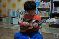 우쿨렐레를 연주하며 유치원에서 배운 노래 메들리