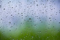 유리창엔 비