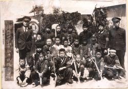 1936년, 소년들에게 나팔과 삽, 빗자루를 주다