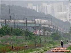 낙동강변의 지하철 호포역 그리고 기차
