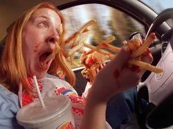 운전중에 먹는 행위는 위험하다.