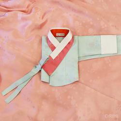 연하늘색 양단 저고리와 연분홍 치마의 신부한복