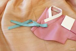 부드러운 분홍 저고리와 연주황색 치마, 친정어머니 혼주한복