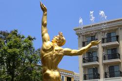 황금색 남자 동상이 제일 먼저 떠오르는 글렌데일 아메리카나앳브랜드(Americana at Brand) 쇼핑몰