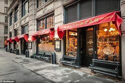 `225만원` 와인 주문에 2만원짜리 갖다 준 레스토랑 Grape mistake! 'Lucky' couple dining at New York City's Balthazar were mistakenly served ,000-a-bottle Bordeaux after ordering  wine