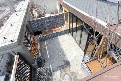 현무암바닥과 화단으로 꾸민 옥상 테라스 정원 인테리어