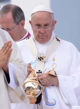 교황 가슴 위에 세월호 노란 리본