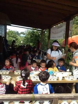 오늘은 유기농 효덕목장에서 유치원 친구들 모시고 일일 체험 교사 한민성입니다 .자~~ 여러분 여기보세요~~^_^
