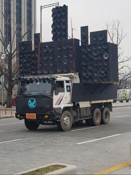광화문에 등장한 매드맥스 영화 뮤직 차량 ㄷㄷㄷ