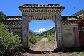 눈부신 동티베트…설산 아래 나부끼는 타르초 바람